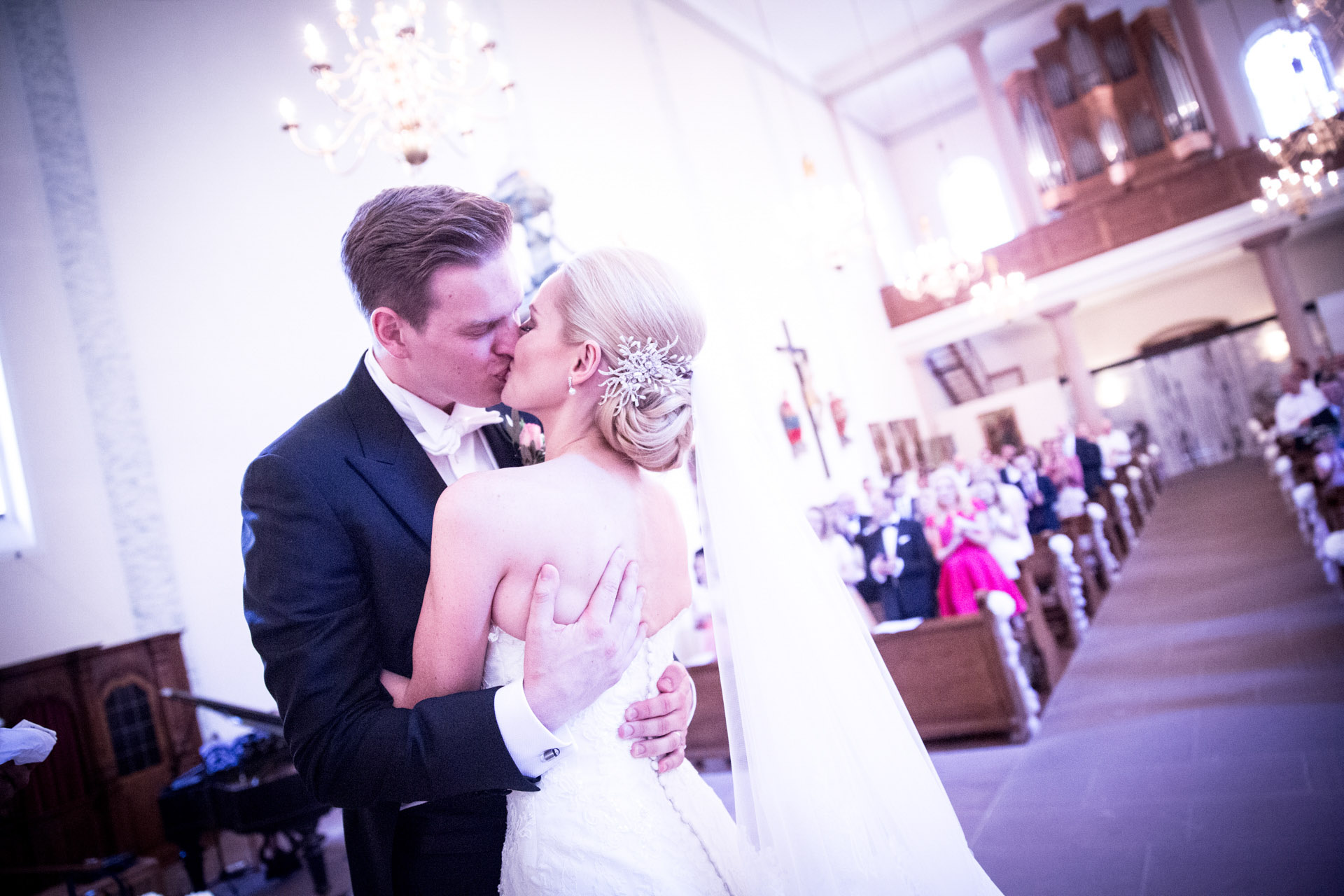 """<img src=""""hochzeitsfoto_trauung.jpg"""" alt=""""hochzeitsfoto trauung das brautpaar küsst sich>"""