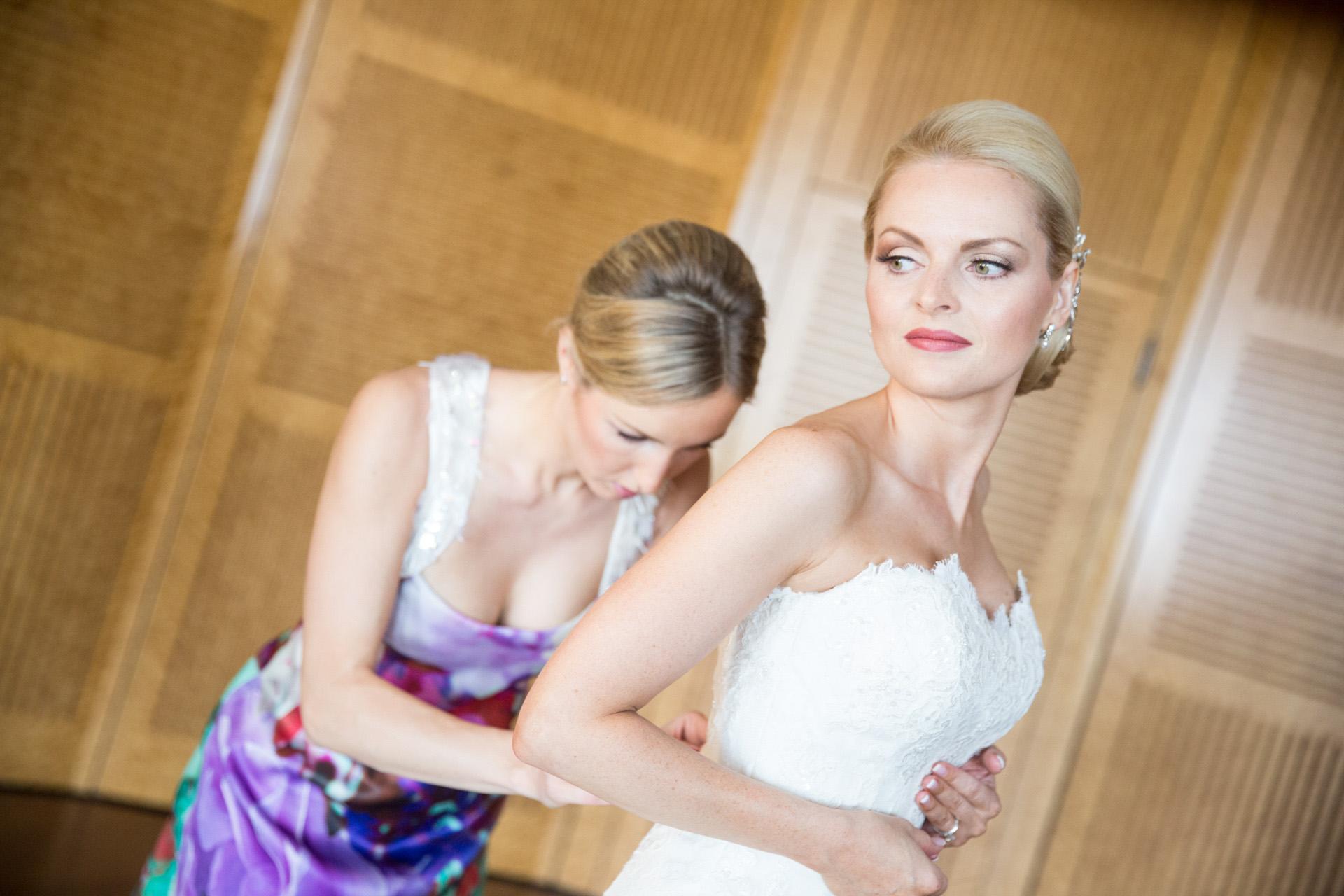 """<img src=""""Hochzeitsfotograf_braut.jpg"""" alt=""""hochzeitsfotograf braut beim anziehen>"""