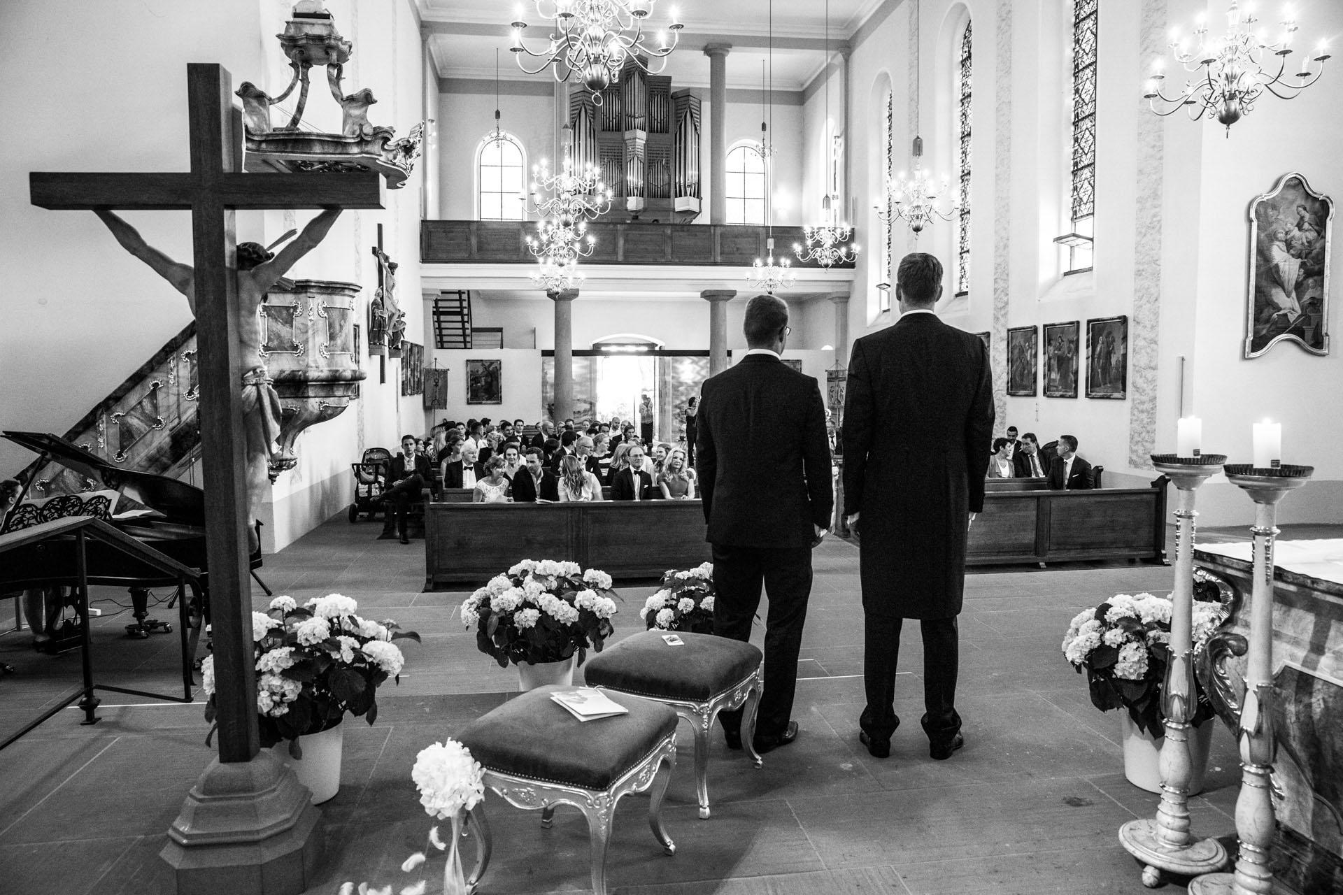 """<img src=""""hochzeitsfoto_kirche.jpg"""" alt=""""hochzeitsfoto kirche bräutigam wartet auf die braut>"""